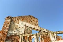 Construção destruído pela guerra descascada e falada enigmaticamente com buracos de bala fotos de stock