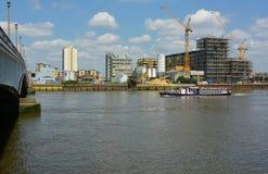 Construção do beira-rio & cruzador do prazer imagem de stock royalty free