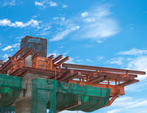Construção do canteiro de obras com o céu azul claro Foto de Stock Royalty Free