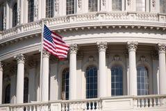 Construção do Capitólio do Estados Unidos, com bandeira Foto de Stock Royalty Free