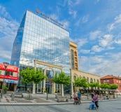 Construção do centro da cidade de Pristina foto de stock royalty free