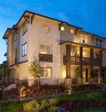 Construção do condomínio exterior no crepúsculo Fotos de Stock