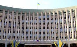 A construção do Conselho Municipal e da administração de Dnepr Dnipro, Dnepropetrovsk decorou com as bandeiras do ucraniano Fotos de Stock Royalty Free