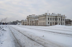 A construção do dia nebuloso do inverno de Rybinsk da estação de trem Imagem de Stock