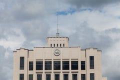 Construção do governo contra o céu azul fotografia de stock