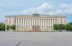 Construção do governo em Veliky Novgorod imagens de stock