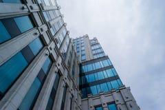Construção do grande negócio no céu cinzento Imagem de Stock