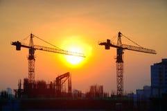 Construção do guindaste no nascer do sol Fotografia de Stock
