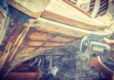 Construção do homem o barco Foto de Stock Royalty Free