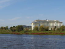 Construção do hotel no banco da lagoa na área verde Foto de Stock
