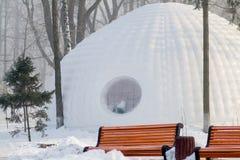 Construção do iglu no parque foto de stock