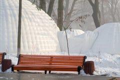Construção do iglu no parque imagens de stock royalty free