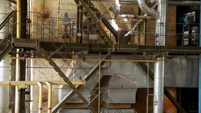 Construção do interior de construção da fábrica Edifício industrial moderno Equipamento e encanamento como encontrado para dentro vídeos de arquivo