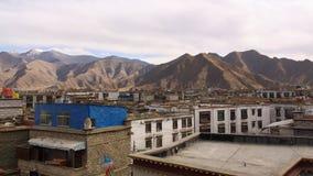 A construção do Lhasa com a montanha fotografia de stock royalty free
