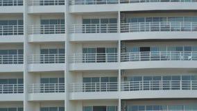 construção do Multi-andar com balcões e coisas que penduram lá fim da construção do Multi-andar acima da vista filme