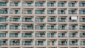 construção do Multi-andar com balcões e coisas que penduram lá fim da construção do Multi-andar acima da vista vídeos de arquivo