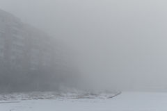 construção do Multi-andar na névoa Manhã nevoenta no inverno Fotos de Stock