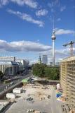 Construção do palácio da cidade em Berlim no fundo de uma torre da tevê Fotos de Stock Royalty Free