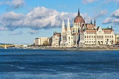 Construção do parlamento em Budapest no meio-dia em novembro Imagem de Stock Royalty Free