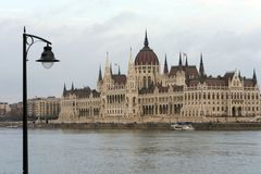 A construção do parlamento húngaro nos bancos do Danúbio em Budapest é a atração principal da capital húngara imagem de stock