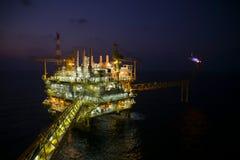 Construção do petróleo e gás na opinião da noite Vista do voo de noite do helicóptero Plataforma de petróleo e gás dentro a pouca Imagem de Stock