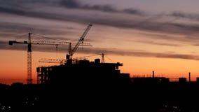 Construção do prédio contra no fundo do nascer do sol, lapso de tempo video estoque