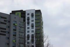 Construção do prédio de apartamentos quadro-concreto com um guindaste do arranha-céus Aumente a vertente acima no fundo do inacab fotos de stock royalty free