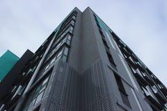 Construção do prédio de apartamentos quadro-concreto com um guindaste do arranha-céus Aumente a vertente acima no fundo do inacab fotografia de stock