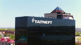 Construção do preto do escritório principal de Tatneft pela opinião aérea do lago filme