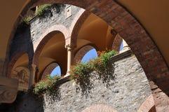 Construção do renascimento do pátio com arcadas Fotografia de Stock Royalty Free
