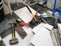 Construção do reparo com ferramentas e martelo, formão, talhador, escova, pá-de-lixo e fita métrica fotos de stock