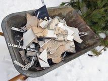 Construção do reparo e desperdício da construção no trole da construção fotografia de stock