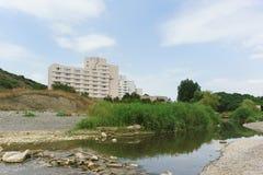Construção do sanatório dourado da costa na boca do rio de Sukko Dia de verão nebuloso no recurso do Mar Negro imagem de stock royalty free