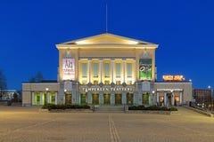 Construção do teatro na noite, Finlandia de Tampere Fotografia de Stock