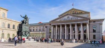 Construção do teatro nacional e de estátua do rei Maximilian Joseph pano Foto de Stock Royalty Free