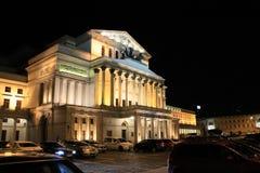 Construção do teatro no Polônia de Varsóvia na iluminação da noite fotografia de stock
