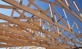 Construção do telhado Construção de madeira da casa de quadro do telhado Fotos de Stock