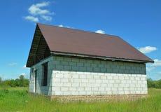 Construção do telhado e casa nova da construção dos blocos concretos ventilados do branco Fotografia de Stock Royalty Free