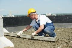 Construção do telhado roofer do trabalhador que nivela com alaúde do flutuador fotos de stock