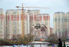 Construção do templo em uma área residencial nova Foto de Stock Royalty Free
