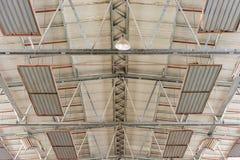 Construção do teto de um armazém com iluminação e os calefatores brilhantes fotografia de stock royalty free