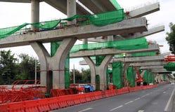 Construção do trem bonde no centro da estrada fotografia de stock