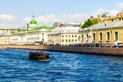Construção do tribunal de comarca de Leninegrado e barco turístico que flutuam no rio de Fontanka em St Petersburg, Rússia fotos de stock royalty free