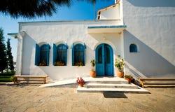 Construção do vintage de Tradicional em Grécia Céu azul e paredes brancas Imagem horizontal colorida Imagem de Stock