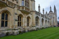 Construção dos reis Faculdade em Cambridge com céu nebuloso fotografia de stock royalty free