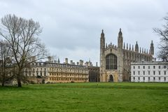 Construção dos reis Faculdade em Cambridge com céu nebuloso fotografia de stock