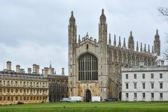 Construção dos reis Faculdade em Cambridge com céu nebuloso imagem de stock