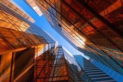 Construção dourada com céu azul Vidro de Windows do escritório moderno SK fotografia de stock royalty free