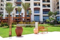 Construção e área de recreação do hotel de luxo imagens de stock