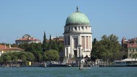 Construção e barcos históricos no canal de Veneza imagens de stock royalty free